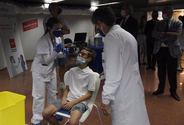 Una sanitaria realiza un test de antígenos a un hombre, en un dispositivo de realización de test de antígenos