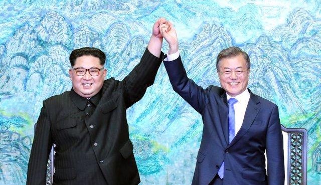 Archivo - Imagen de archivo del líder norcoreanao, Kim Jong Un, y el presidente de Corea del Sur, Moon Jae-in.