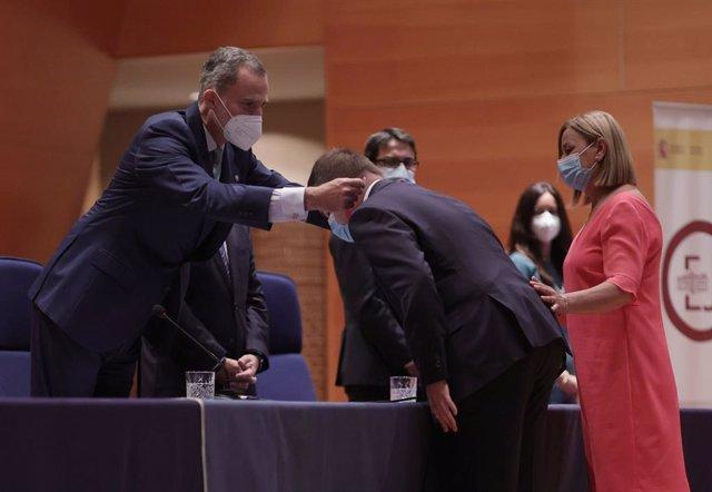 El Rey Felipe VI entrega los Despachos de la 59ª promoción de funcionarios de la Carrera Fiscal a Hector Melero, primera persona con discapacidad en sacarse plaza, en el Complejo Policial de Canillas, a 2 de julio de 2021, en Madrid (España). El ingreso e