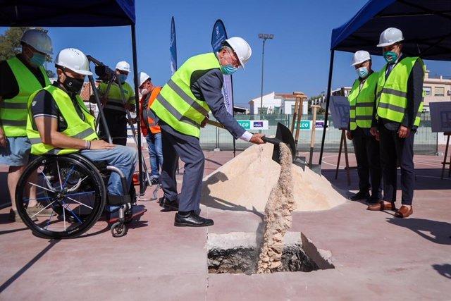 El alcalde, Francisco de la Torre, pone la primera piedra del aparcamiento municipal de Echeverría del Palo, en la capital malagueña