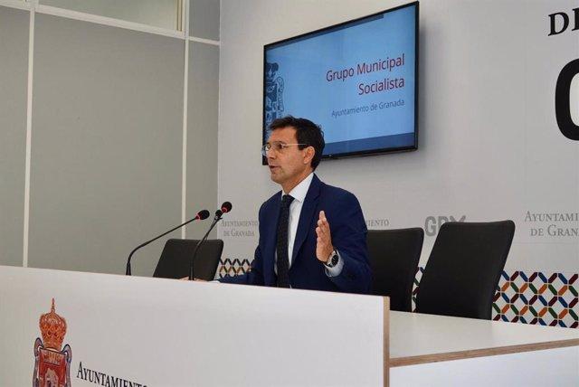 El portavoz del PSOE en el Ayuntamiento de Granada, Francisco Cuenca, en rueda de prensa.
