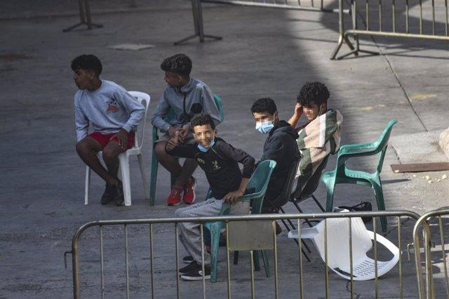 Varios menores en las naves del Tarajal