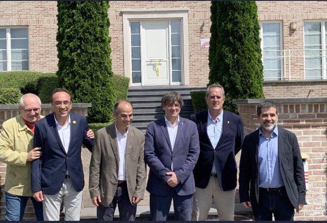 El expresidente de la Generalitat Carles Puigdemont y el exconseller Lluís Puig se reencuentran con el secretario general de Junts, Jordi Sànchez, y los exconsellers Jordi Turull, Josep Rull y Joaquim Forn en Waterloo (Bélgica)