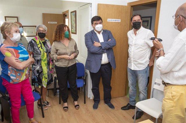 El alcalde de Huelva, Gabriel Cruz, visita la sede del Teléfono de la Esperanza.