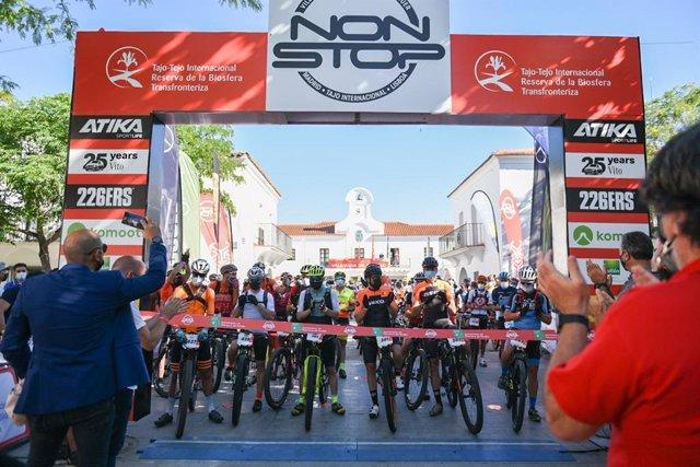 Arranca la VIII Madrid-Lisboa en bici de montaña recortada por los casos de coronavirus en Portugal.