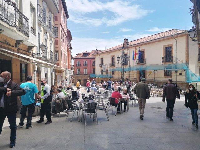 Archivo - Terrazas hosteleras en el casco antiguo de Oviedo.