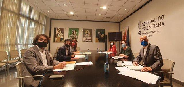 El conseller de Educación, Cultura y Deporte, Vicent Marzà, y otros miembros de la Conselleria se reúnen con representantes de la embajada de Francia.