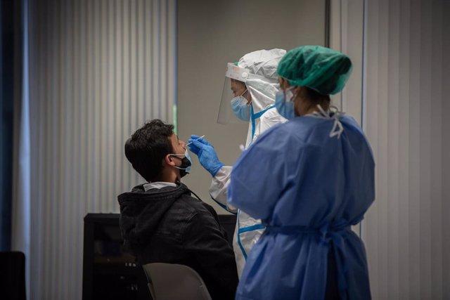 Archivo - Un hombre recibe una prueba PCR en una imagen de archivo.