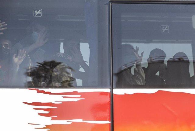 Los jóvenes procedentes de Mallorca en el autobús, después de llegar al puerto de Valencia del ferry