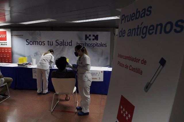 Una sanitaria realiza un test de antígenosen el intercambiador de Plaza de Castilla