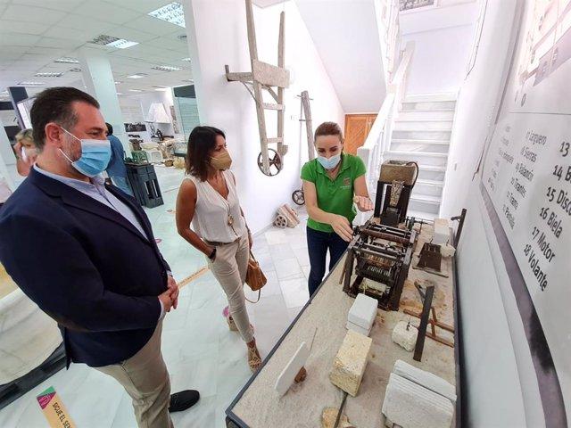 Bosquet en su visita al Centro de Interpretación del Mármol de Macael (Almería)