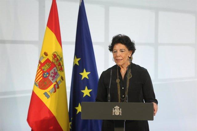 La ministra de Educación, Isabel Celáa, interviene durante un acto de homenaje a la comunidad educativa, en La Moncloa, a 19 de junio de 2021, en Madrid (España). El homenaje es para toda la comunidad educativa, profesores, familias y alumnos,  que han co