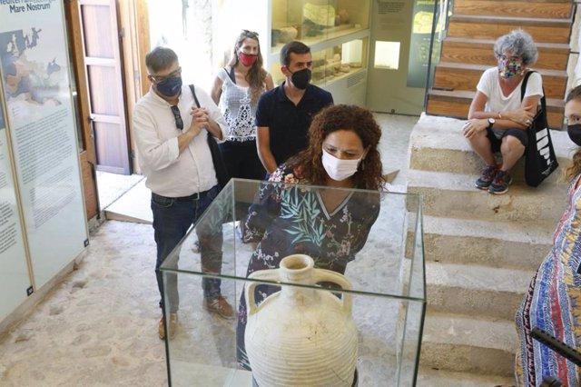 La presidenta del Consell de Mallorca, Catalina Cladera, durante una visita al yacimiento de Son Fornés.