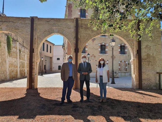 El delegado territorial de Turismo de la Junta en Córdoba, Ángel Pimentel (centro), en su visita a Puente Genil.