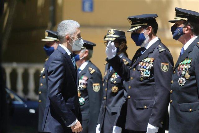 El ministro del Interior, Fernando Grande-Marlaska, saluda a los mandos de la Policía en la jura de 13 nuevos comisarios principales