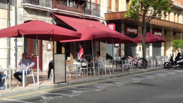 Archivo - Gente sentada en terrazas de Oviedo durante la Fase 2 de la Desescalada.