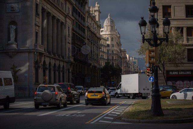 Archivo - Arxiu - Uns quants cotxes i un taxi a Barcelona