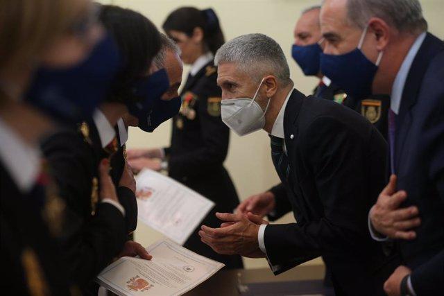 El ministre de l'Interior, Fernando Grande-Marlaska, entrega els diplomes als nous comissaris principals