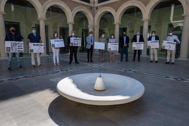 La consejera de Fomento, Infraestructuras y Ordenación del Territorio, Marifrán Carazo, ha mantenido una reunión de trabajo con alcaldes de municipios de Granada beneficiarios de las convocatorias de regeneración de espacios públicos urbanos.