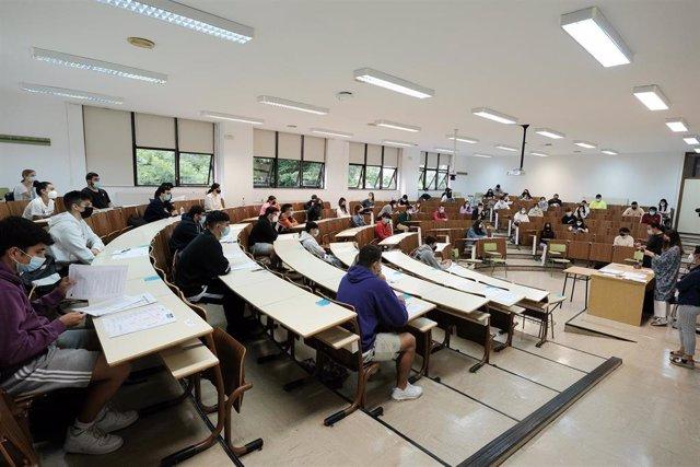 Varios estudiantes, esperan para hacer un examen en un aula de la Facultad de Psicología