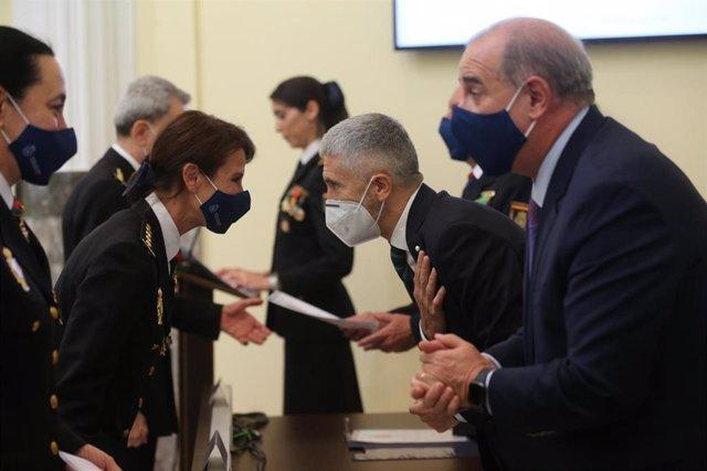 El ministro del Interior, Fernando Grande-Marlaska (i) y el director general de Policía, Francisco Pérez Piqueras, entregan los diplomas a los nuevos comisarios principales