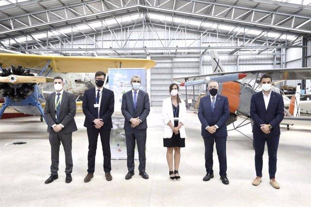 La foto de familia de la firma del impulso del hub de innovación en el aeropuerto de Sabadell (Barcelona)