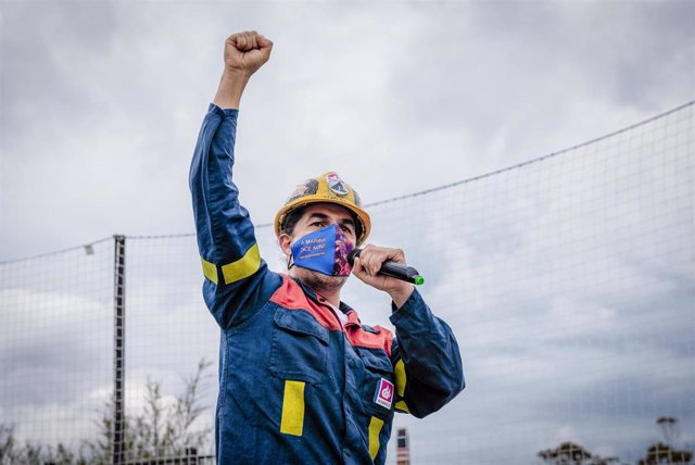 Un miembro del comité de Alcoa, interviene en una concentración convocada por el comité de empresa de Alcoa, para defender el futuro de la fábrica de aluminio en la comarca, en la praza dos Campos de San Cibrao.