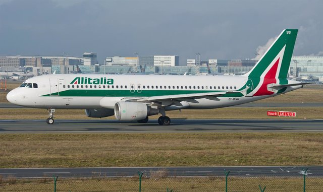 Archivo - FILED - 18 January 2015, Hessen, Frankfurt_Main: An aircraft of the Italian airline 'Alitalia, stands at the grounds of Frankfurt Airport. Photo: Christoph Schmidt/dpa