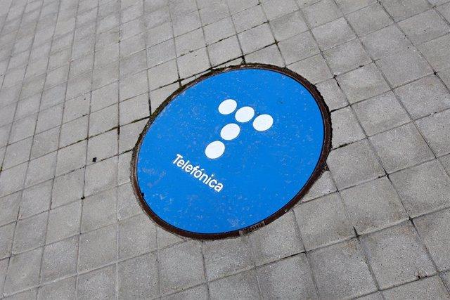 Archivo - Señal en el suelo en las inmediaciones de la sede de Telefónica, a 27 de abril de 2021, en Madrid, (España). Telefónica ha cambiado su imagen por primera vez en más de dos décadas con un nuevo logo que rememora las míticas cabinas telefónicas. S