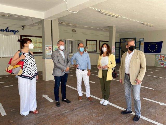 El delegado territorial de Educación y Deporte de la Junta en Cádiz, Miguel Andréu, durante su visita al CEIP Maestra Caridad Ruiz, en Sanlúcar de Barrameda.
