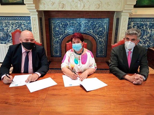 Firma del convenio entre Renfe y el Ayuntamiento de Segovia.