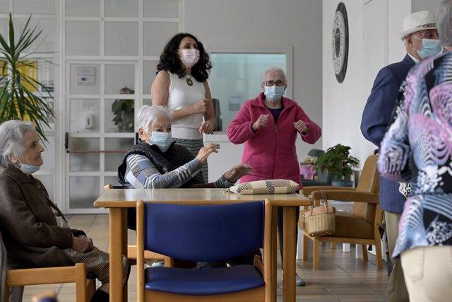 Varios ancianos en una de las salas de una Residencia de mayores