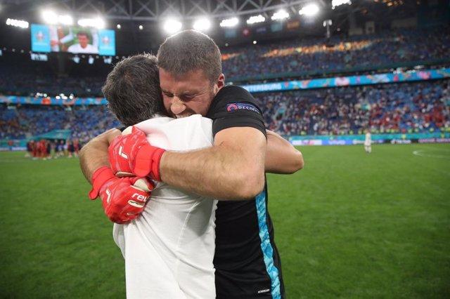 Unai Simón se abraza a Luis Enrique tras clasificarse para semifinales en la EURO 2020
