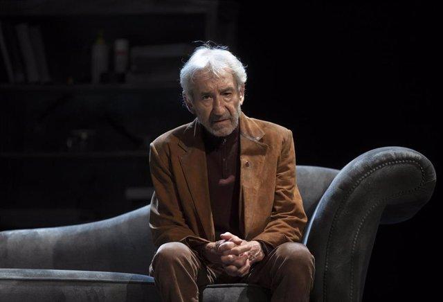 Archivo - El actor José Sacristán, durante el ensayo de la obra de teatro 'Señora de rojo sobre fondo gris'. En Tomares (Sevilla, Andalucía, España), a 05 de noviembre de 2020.