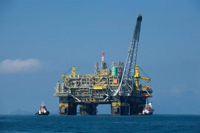 Archivo - Imagen de archivo de una plataforma petrolífera.