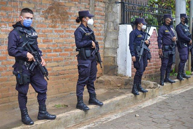 Archivo - Agentes de la Policía Nacional de El Salvador.
