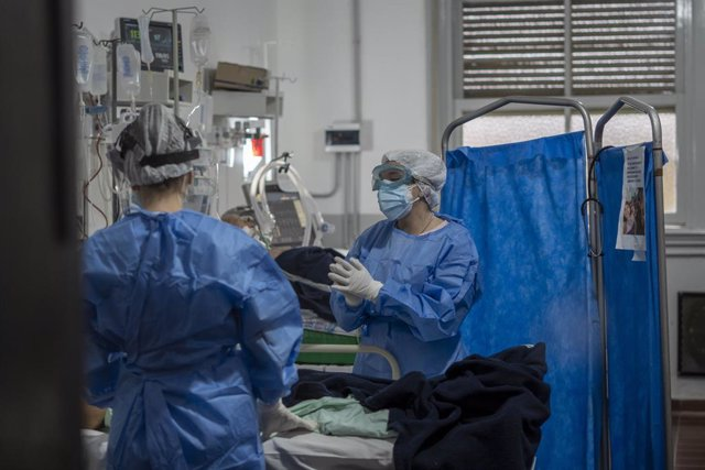 Archivo - 19 May 2021, Argentina, Firmat: A medical workers wear personal protective equipment (PPE) as they tend COVID-19 patients inside the Intensive Care Unit (ICU) of San Martin Hospital. Photo: Patricio Murphy/ZUMA Wire/dpa
