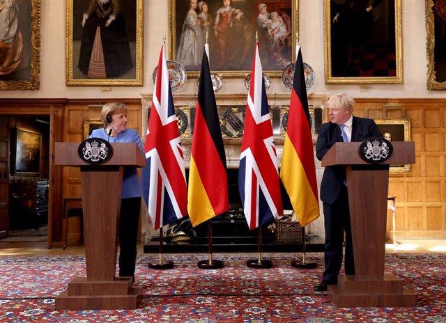 La canciller alemana, Angela Merkel y el primer ministro británico, Boris Johson, en rueda de prensa tras el encuentro en Reino Unido