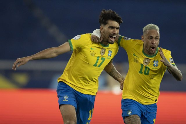 HANDOUT - 02 July 2021, Brazil, Rio de Janeiro: Brazil's Lucas Paqueta (L) celeberats scoring his side's first goal of the game with teammate Neymar during the CONMEBOL Copa America Quarter-Final soccer match between Brazil and Chile at Rio de Janeiro Oly