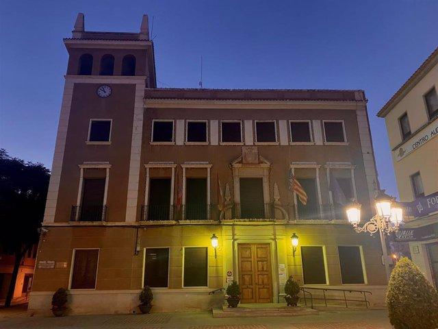 El Ayuntamiento de Elda con las banderas a media asta por la muerte de dos ciudadanos en el accidente de Novelda