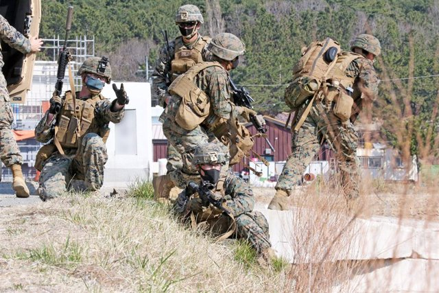 Archivo - 25 March 2021, South Korea, Pohang: US Marines stand guard after infiltrating an inland area during a joint drill with their South Korean counterparts on the coast of South Korea's southeastern port city of Pohang. North Korea fired what appeare