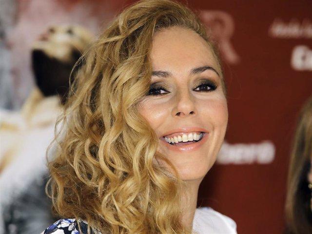 Archivo - Rocío Carrasco, en una sonriente imagen de archivo cuando presentó el espectáculo homenaje a su madre