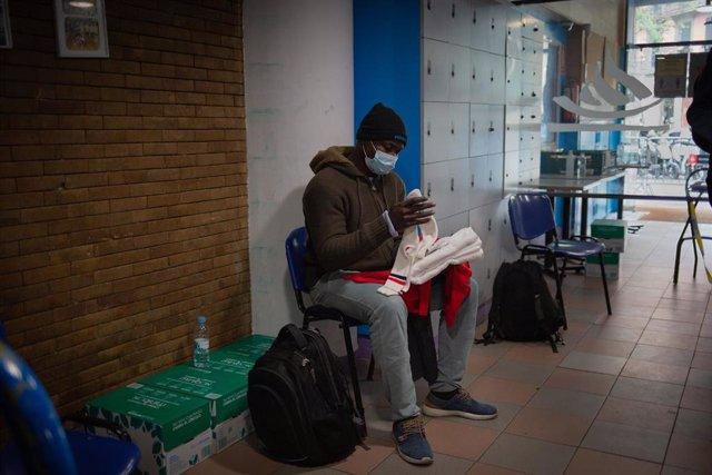 Archivo - Una persona sin hogar en el gimnasio social Sant Pau, en Barcelona.