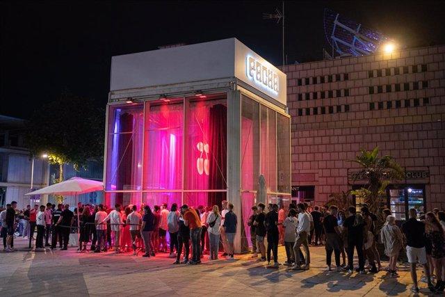 Joves fan cua per entrar a la discoteca Pacha de Barcelona, a 27 de juny de 2021, a Barcelona.