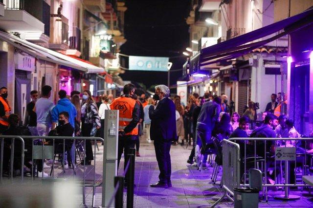 Archivo - Arxivo - Algunes persones al carrer Primer de Maig, on es realitza un assaig clínic sobre coronavirus, a 20 de maig de 2021, a Barcelona