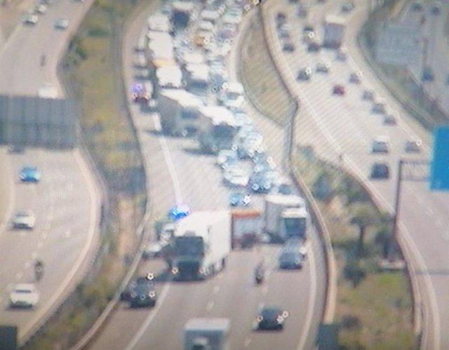 Un accident en l'AP-7 a Sant Cugat (Barcelona) ocasiona un ferit.