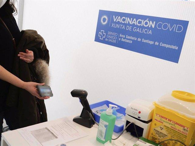 Archivo - Una persona se identifica en un dispositivo de vacunación contra la COVID-19 en la Cidade da Cultura de Santiago de Compostela, A Coruña, Galicia (España), a 11 de marzo de 2021. Galicia ha iniciado hoy la vacunación de personas entre 50 y 55 añ