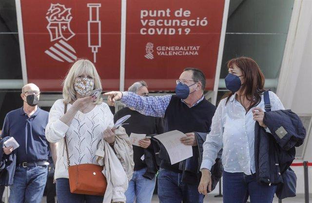 Archivo - Varias personas llegan para ser vacunados en València