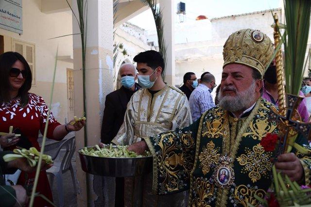 Archivo - 25 April 2021, Palestinian Territories, Gaza City: Palestinian Orthodox Christians attend a Palm Sunday service, amid the coronavirus (COVID-19) outbreak, at the Church of Saint Porphyrius. Photo: Rahaf Aziz/APA Images via ZUMA Wire/dpa
