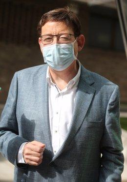 El presidente de la Generalitat valenciana, Ximo Puig, a su llegada a una reunión de los componentes del Comité Federal del PSOE